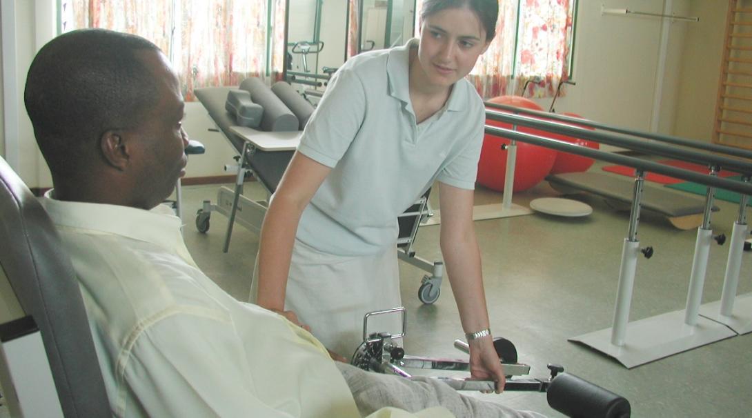 ガーナの病院でリハビリをサポートする理学療法インターン